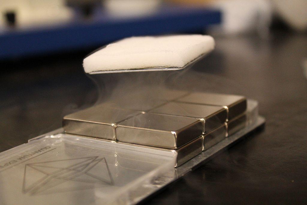 Schwebende Platte durch Meißner-Ochsenfeld-Effekt