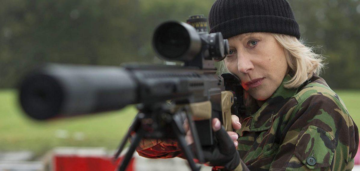 Victoria (Helen Mirren) bei der Arbeit am Gewehr