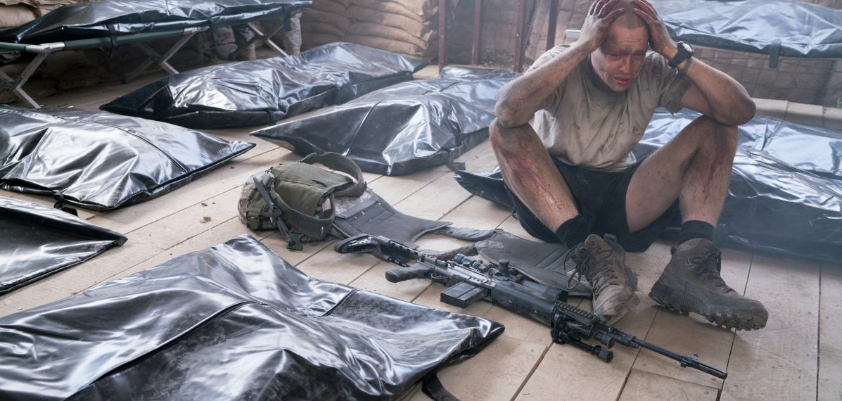 Hölle auf Erden - Specialist Ty Michael Carter (Caleb Landry Jones) trauert um seine gefallenen Kameraden. ©Telepool