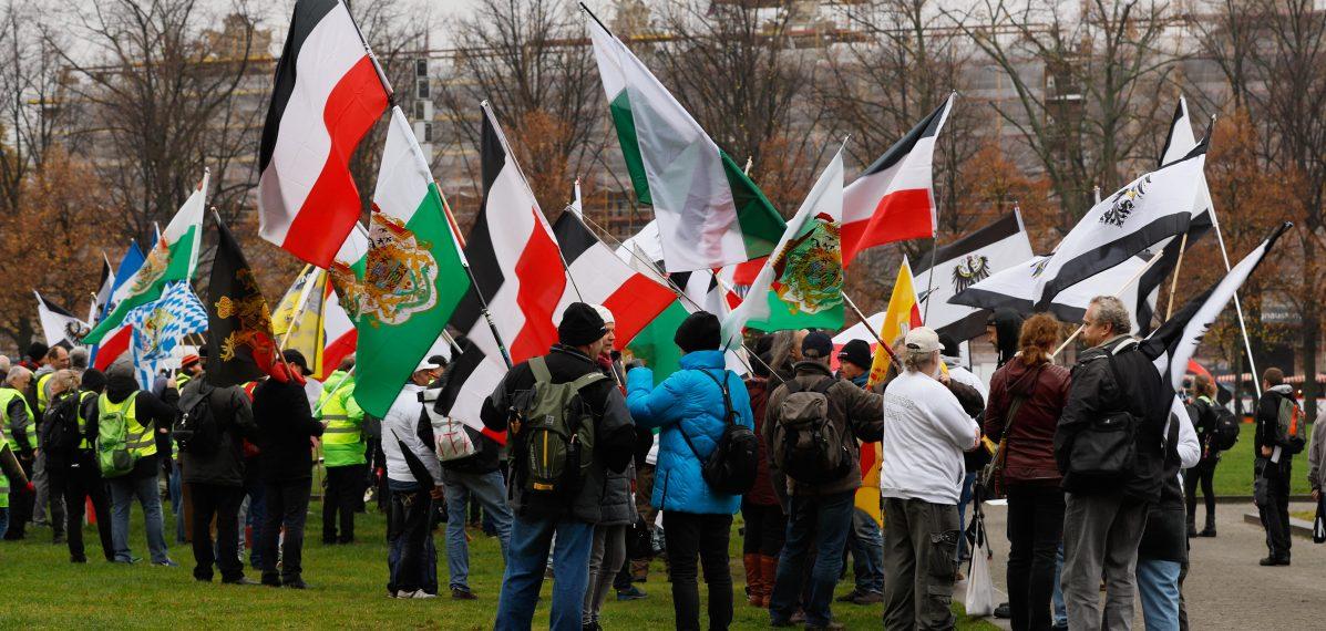 Flaggen gegen Corona- Politik