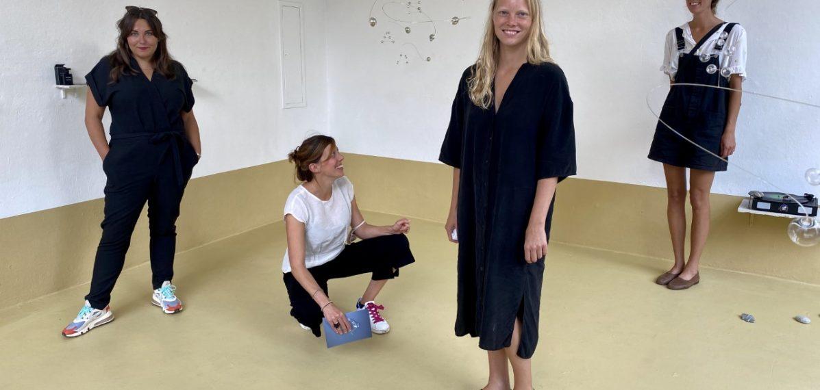 Kuratorin Sophie-Charlotte Bombeck mit den beiden Künstlerinnen Anne Büscher und Sanne Vaassen im super+CENTERCOURT