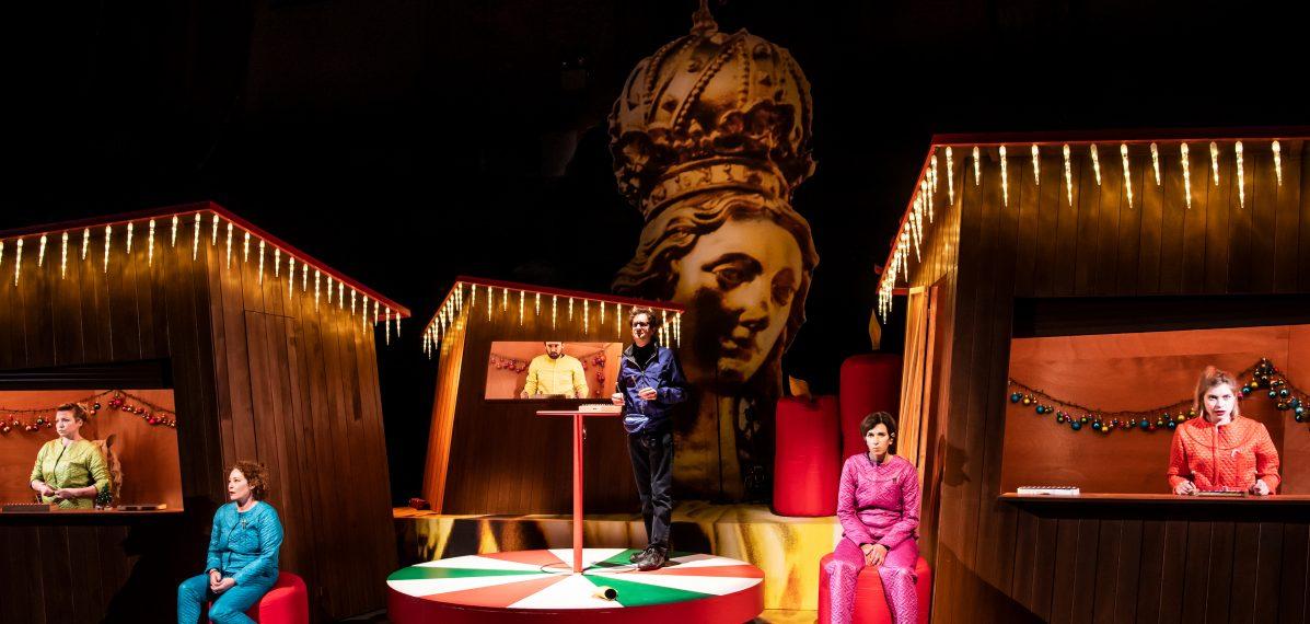 Die sechs Darsteller:innen auf der Bühne des Marstalls