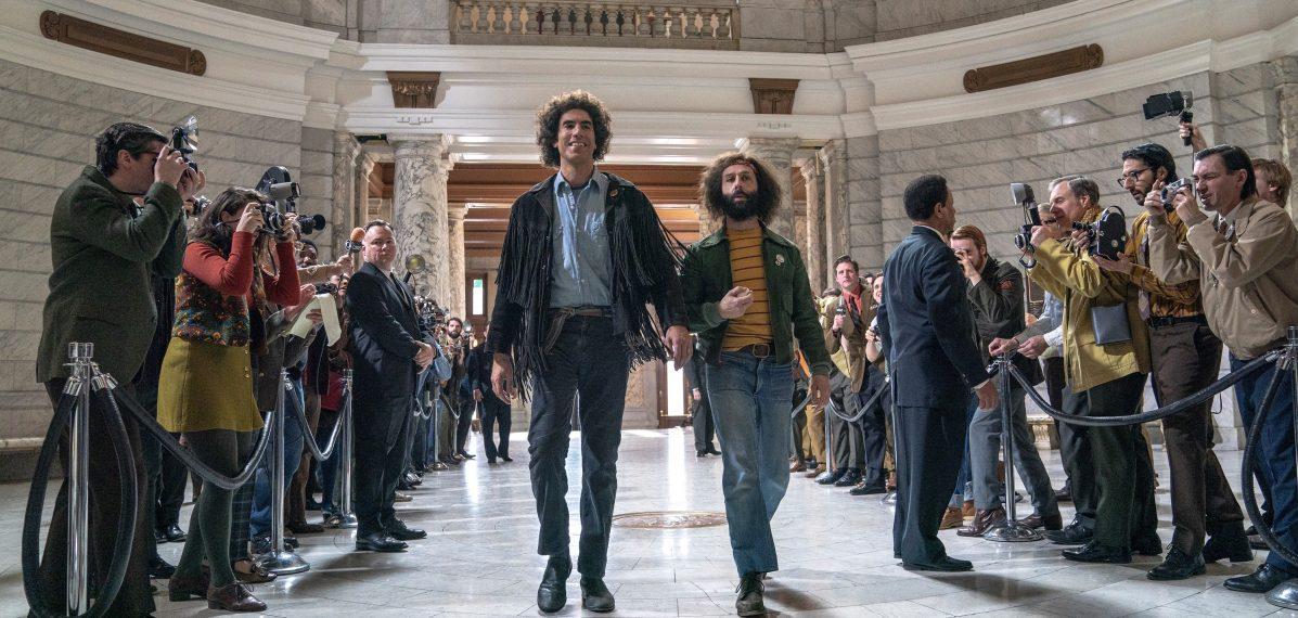 Auf dem Weg ins Gericht: Abbie Hoffman (Sacha Baron Cohen) und Jerry Rubin (Jeremy Strong) © Netflix