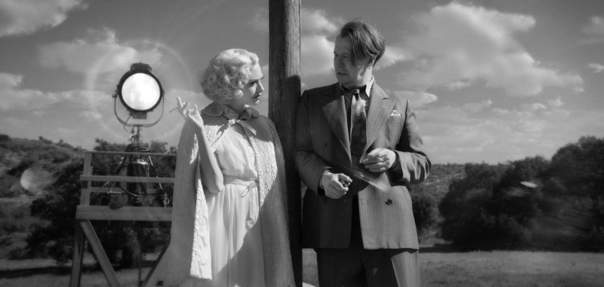 """Auf einen Plausch in der Drehpause: Marion Davies (Amanda Seyfried) und Herman """"Mank"""" Mankiewicz (Gary Oldman) Bild: Netflix"""