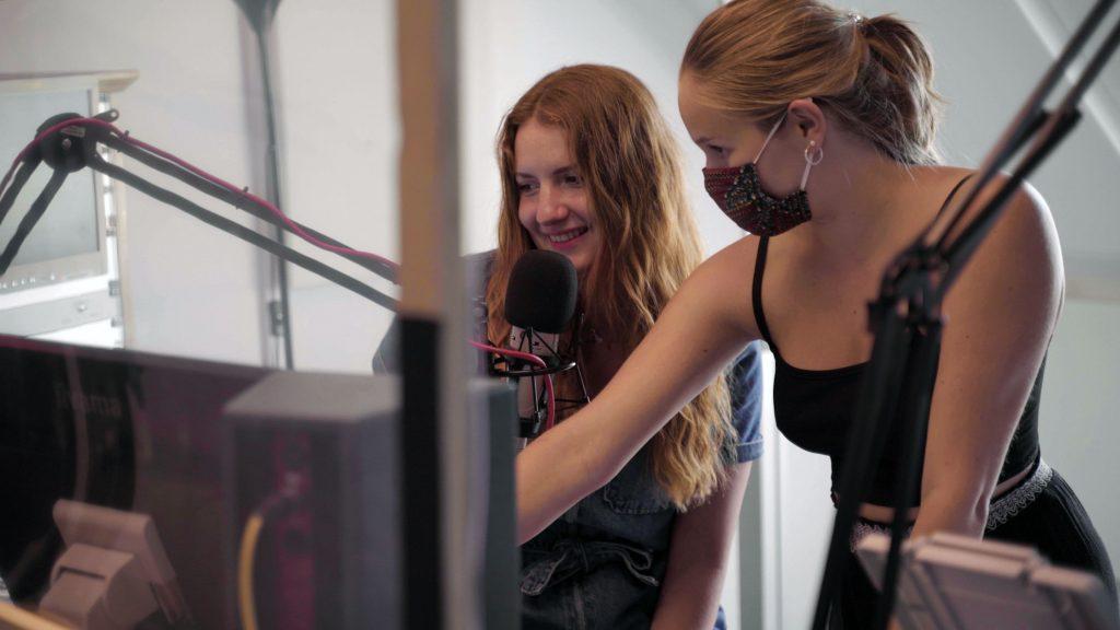 Leonie erklärt Cosi das Studio