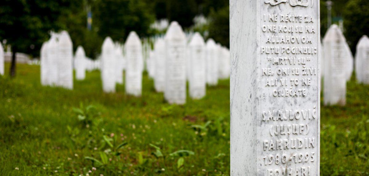 Grabmale in der Gedenkstätte Srebrenica