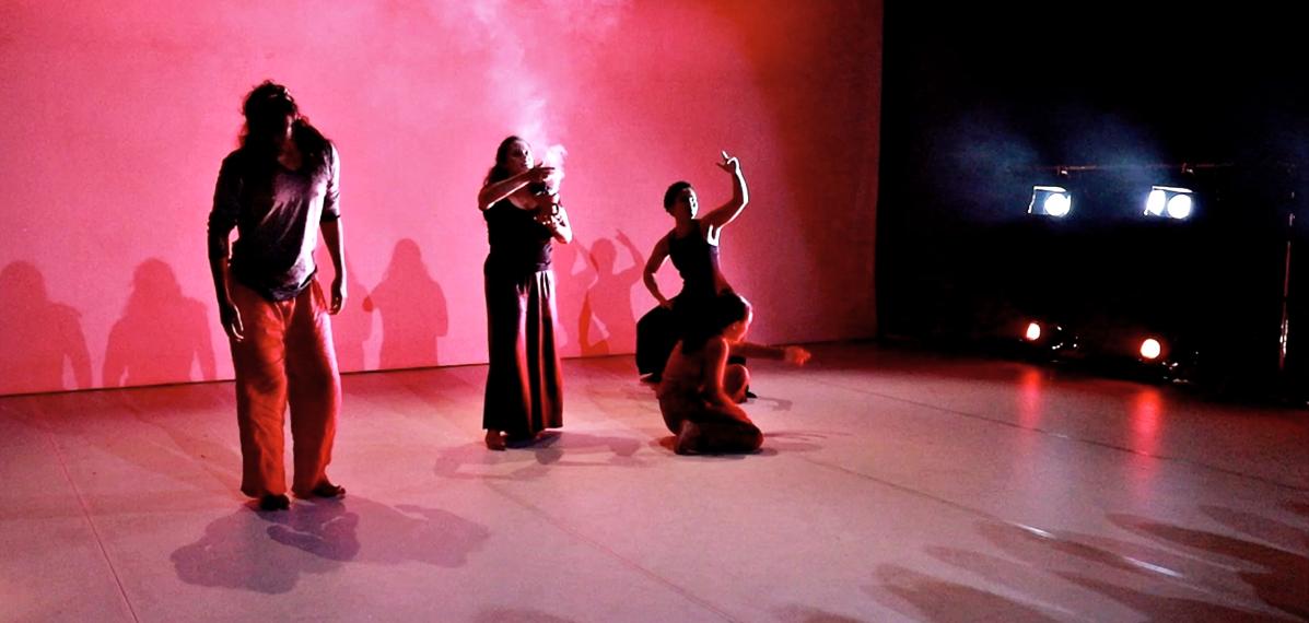 Die drei Performer:innen von Smells of Racism interpretieren Gerüche tänzerisch
